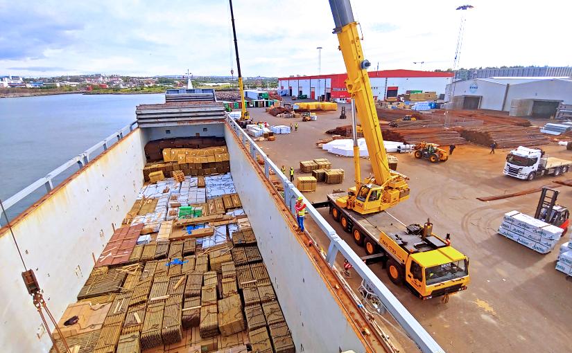 Unloading merchandise at Húsasmiðjan's harbour