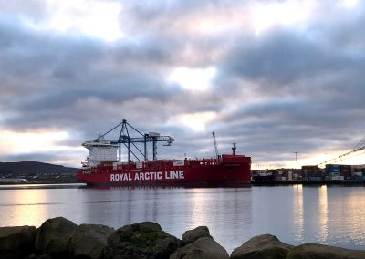 Unnið við Tukuma Arctica, grænlenskt flutningaskip fyrir Eimskip